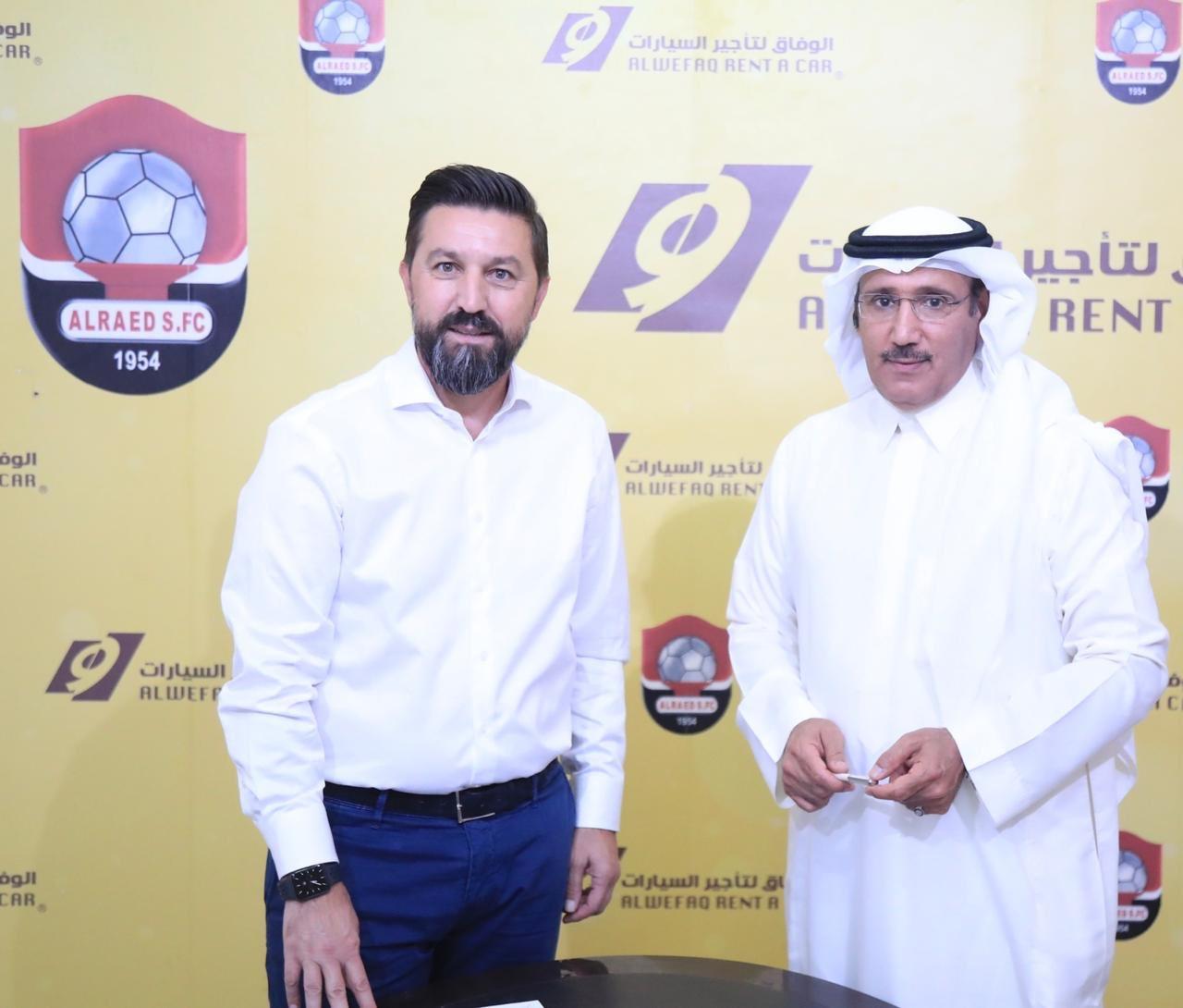 الرائد السعودي يجدد عقد المدرب الألباني بيسنيك هاسي